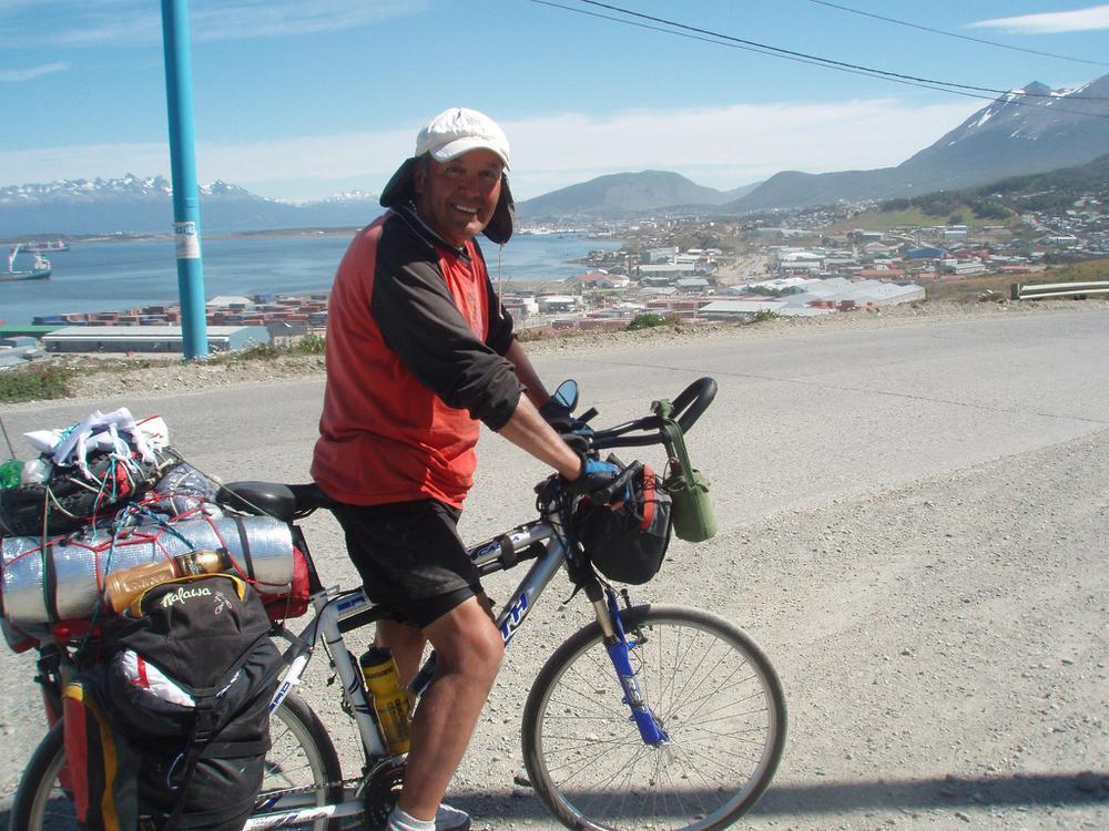 anuario meji La foto que mas aprecio..mi llegada a Ushuaia y despu+®s de recorrer mas de 5000 km de la Ruta 40